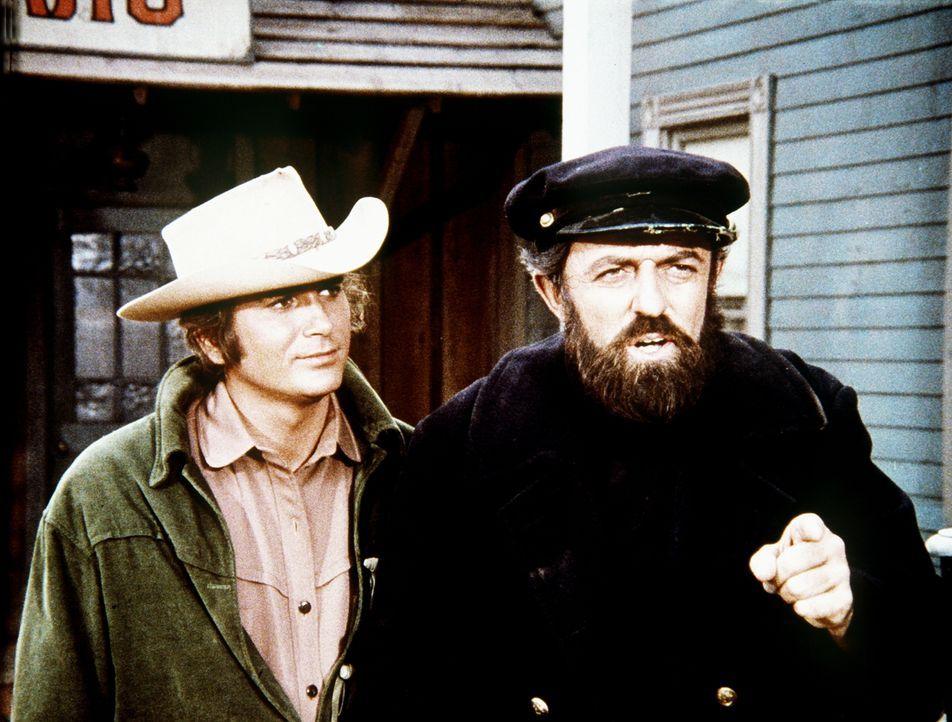 Zu spät erkennt Little Joe (Michael Landon, l.), dass es keine gute Idee war, dem abgemusterten Matrosen Abner Willoughby (John Astin, r.) bei der S... - Bildquelle: Paramount Pictures