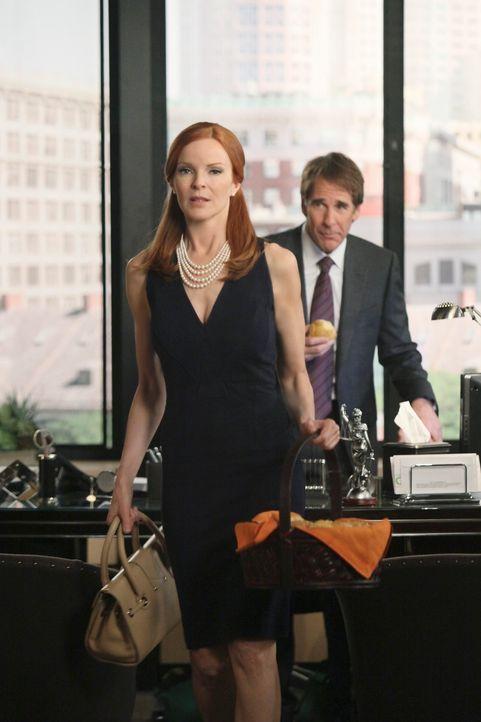 Bree (Marcia Cross, l.) versucht den berühmtberüchtigten Anwalt Trip Weston (Scott Bakula, r.) zu engagieren, da sie plötzlich die Hauptverdächtige... - Bildquelle: ABC Studios