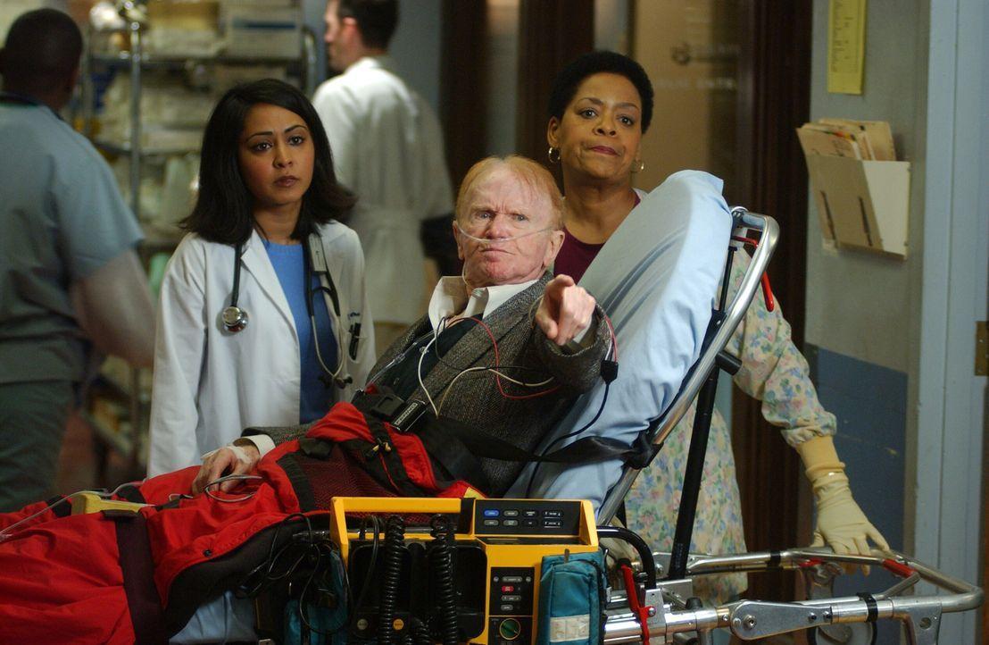 Mr. Rubadoux (Red Buttons, M.), dessen Frau vor 10 Jahren als Carters Patientin gestorben war, kommt mit Herzproblemen ins County. Als er Carter sie... - Bildquelle: WARNER BROS