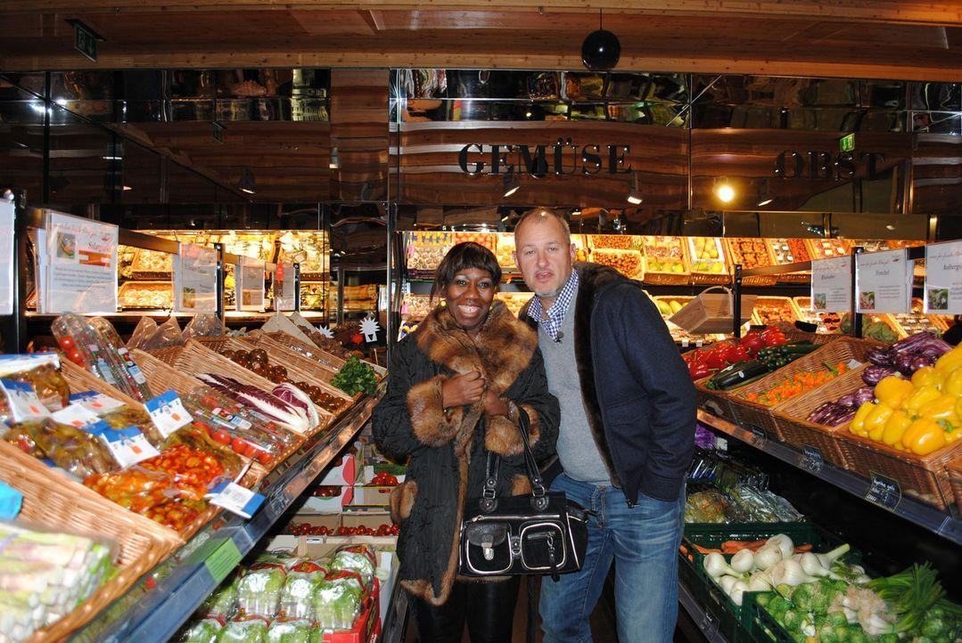 Frank Rosin (r.) begleitet Barbara Saltman (l.) beim Einkauf der Zutaten und gibt ihr wichtige Tipps. - Bildquelle: kabel eins