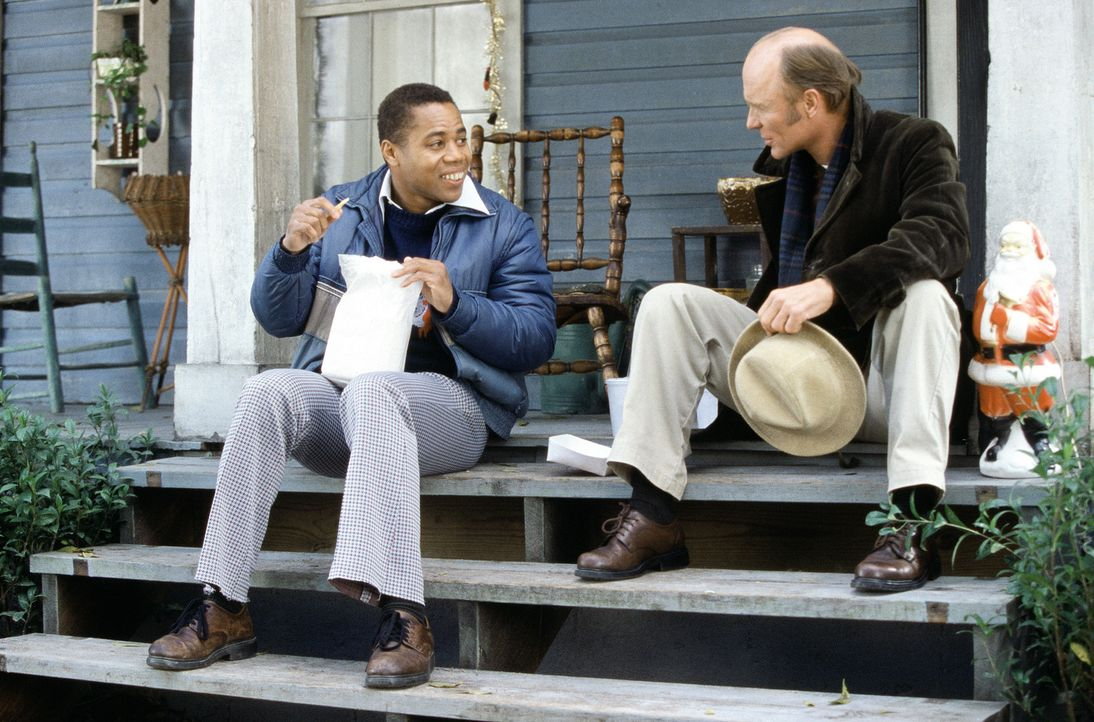 Zwischen Coach Jones (Ed Harris, r.) und dem liebenswerten Radio (Cuba Gooding jr., l.) bahnt sich eine einmalige Freundschaft an. - Bildquelle: 2004 Sony Pictures Television International. All Rights Reserved.
