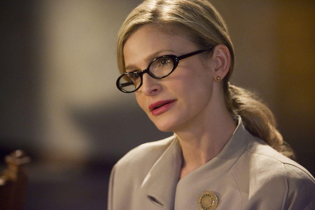 Während das FBI sie vom Dienst suspendiert hat, taucht ein alter Bekannter vom CIA bei Brenda (Kyra Sedgwick) auf und erbittet ihre Hilfe in einem k... - Bildquelle: Warner Brothers