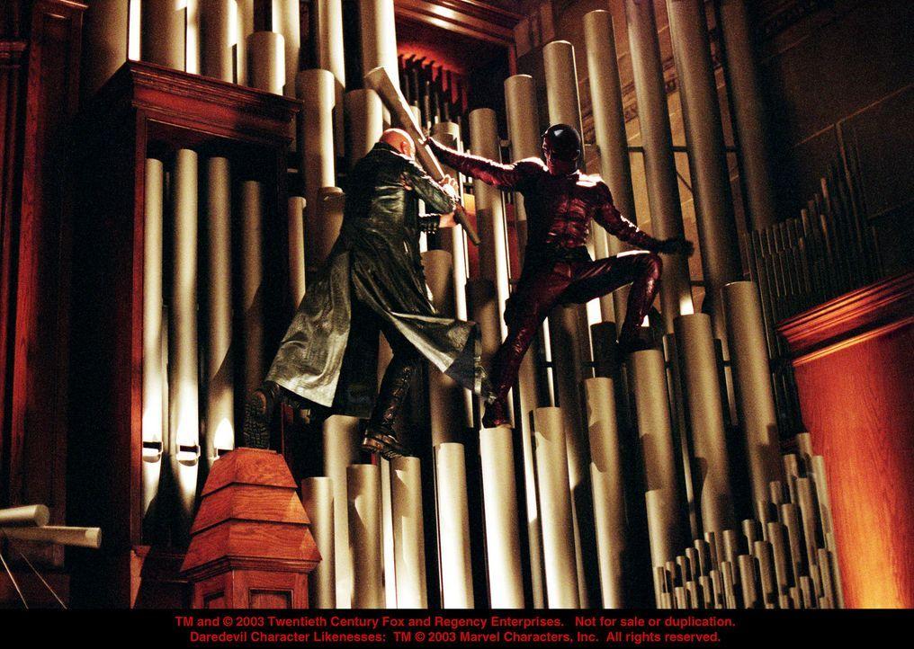 Zwischen dem Killer Bullseye (Colin Farrell, l.) und Daredevil (Ben Affleck, r.) entbrennt ein Kampf auf Leben und Tod ... - Bildquelle: 20th Century Fox