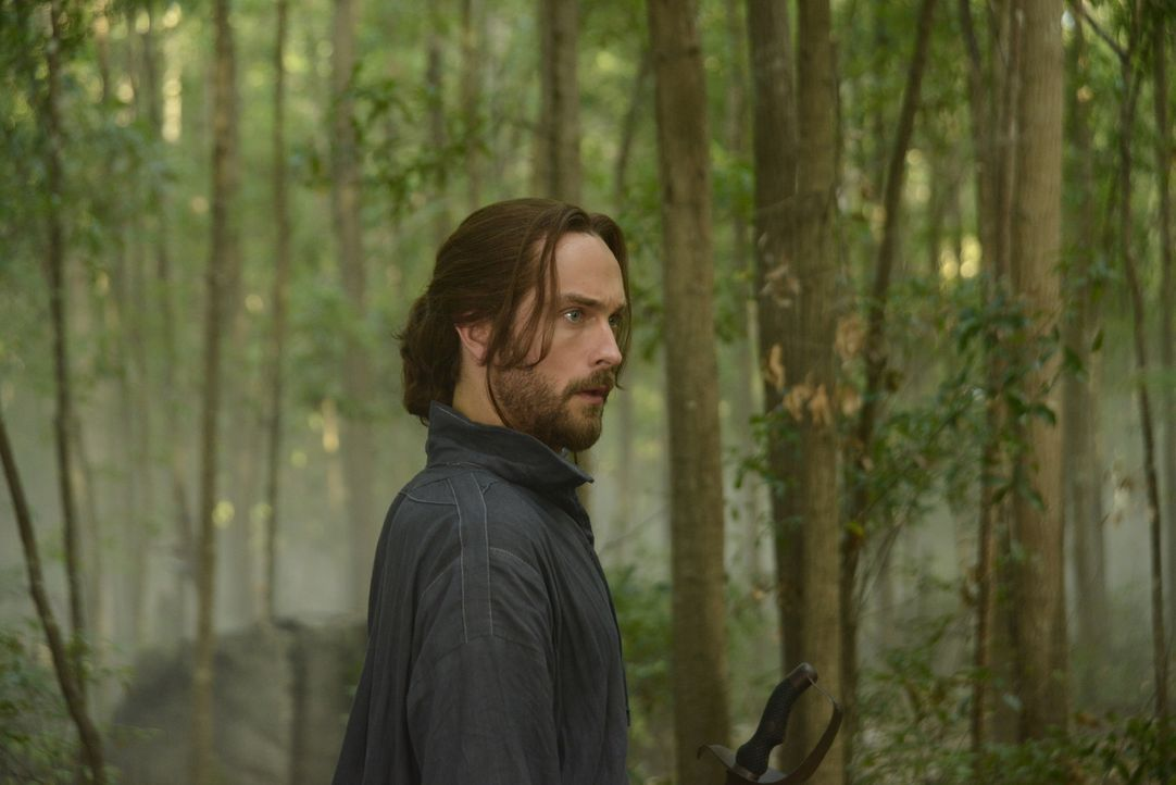Ein Jahrhunderte alter Fluch hält Ichabod (Tom Mison) und Abbie auf Trab ... - Bildquelle: 2014 Fox and its related entities. All rights reserved.