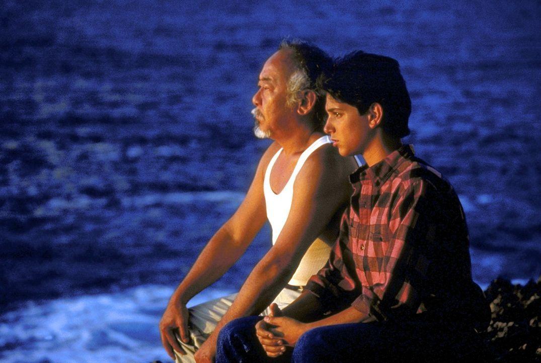 """Daniel (Ralph Macchio, r.) und Miyagi (Noriyuki """"Pat"""" Morita, l.) bereiten sich mit Meditation auf ihre Kämpfe vor ... - Bildquelle: Columbia Pictures"""