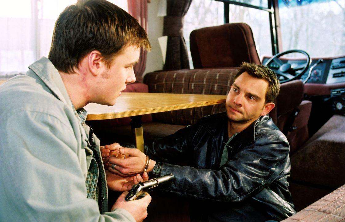 Bernd (Dennis Grabosch, l.) ist aus dem Gefängnis ausgebrochen, um seine große Liebe Jeanette aus dem Pflegeheim zu holen. Gemeinsam mit ihr und Tom... - Bildquelle: Claudius Pflug Sat.1