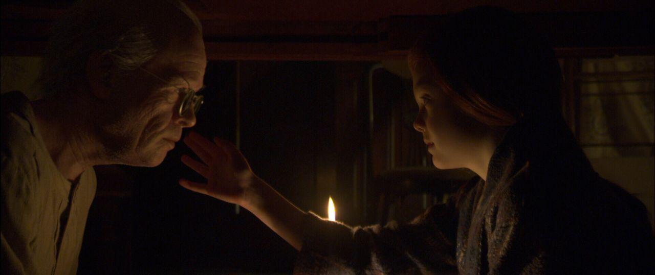 Eines Tages begegnet im Altenheim der äußerlich greise Benjamin (Brad Pitt, l.) der jungen Daisy (Elle Fanning, r.), die dort ihre Großmutter besuch... - Bildquelle: 2009   Warner Brothers