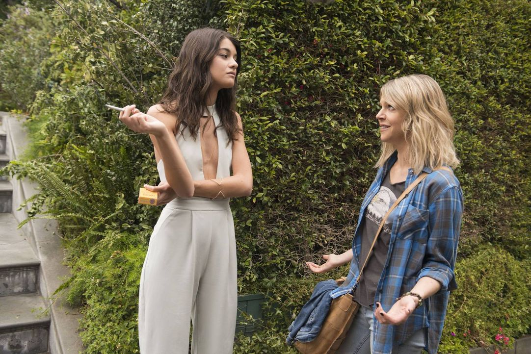 Die Arroganz von Sabrina (Sofia Black-D'Elia, l.) prallt an Mickey (Kaitlin Olson, r.) vollkommen ab. Ob mit Schlaftabletten oder Eule zum Essen - s... - Bildquelle: 2017 Fox and its related entities.  All rights reserved.