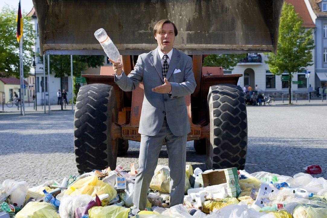 Als der Bürgermeister (Martin Brambach) von dem idyllischen Örtchen Schönstett das Angebot erhält, italienischen Hausmüll auf der städtischen Deponi... - Bildquelle: SAT.1