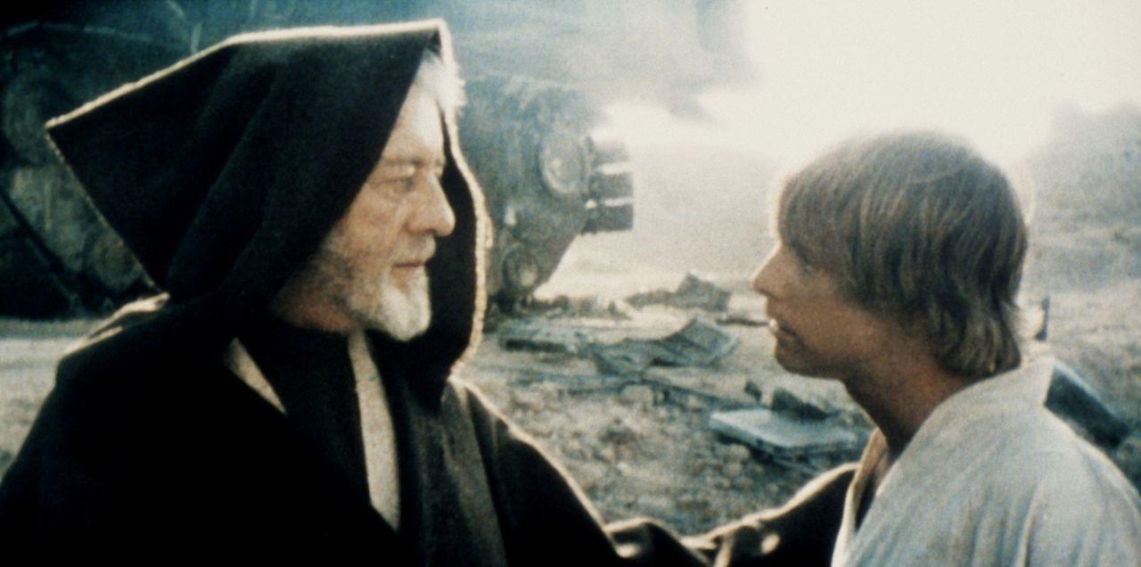 Weil sein Onkel und seine Tante von dem Imperium getötet wurden, machen sich Luke Skywalker (Mark Hamill, r.) und Obi-Wan Kenobi (Alec Guinness, l.... - Bildquelle: Lucasfilm LTD. & TM. All Rights Reserved.