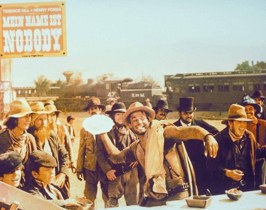 Nobody (Terence Hill) zieht nicht nur den Revolver rasend schnell ... - Bildquelle: Universal Pictures