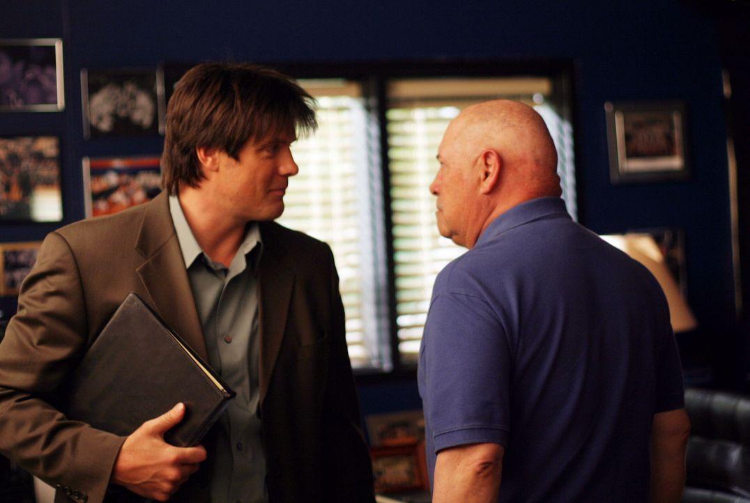 Da Trainer Whitey (Barry Corbin, r.) ins Krankenhaus muss, übernimmt Dan (Paul Johansson, r.) die Vertretung und macht den Ravens das Leben schwer... - Bildquelle: Warner Bros. Pictures