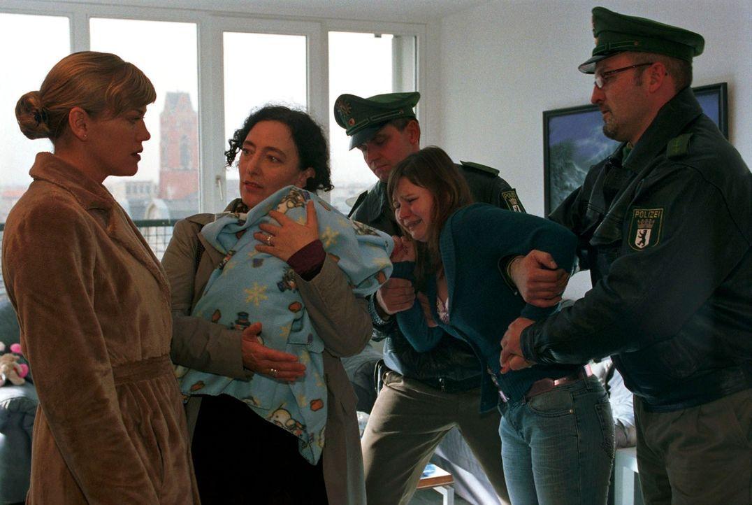 Clarissa (Cecilia Kunz, l.) muss leider mit ansehen, wie Frau Reimann (Andrea Bürgin, 2.v.l.), die Mitarbeiterin des Jugendamtes, das Kind von der verzweifelten Mutter (Anett Heilfort, 2.v.r.) abholt.