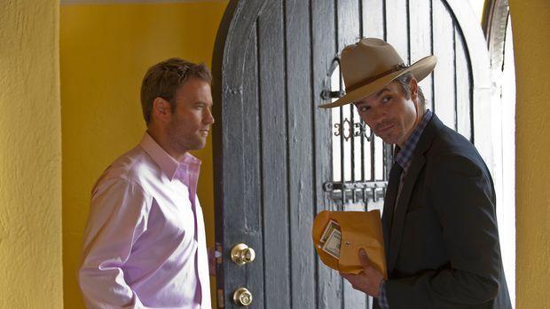 Travis Travers (Greg Cromer, l.) hat mit dem Besuch von Deputy Raylan Givens...
