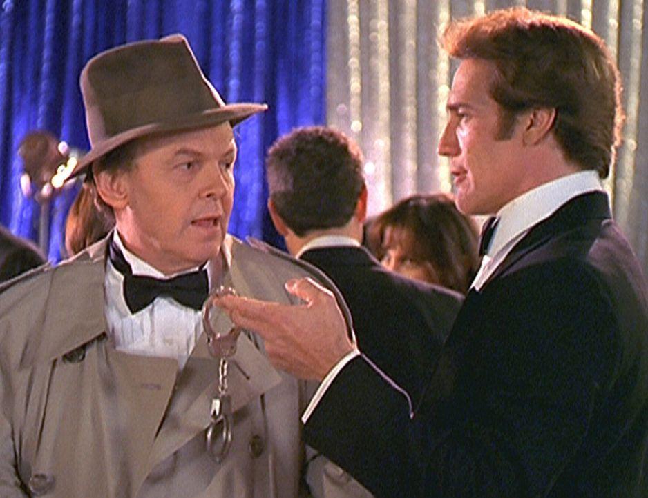 Steve (Barry Van Dyke, r.) erwischt William (Conrad Janis, l.), das kulinarische Genie, wie dieser die Party eines Konkurrenten sabotiert. - Bildquelle: Viacom