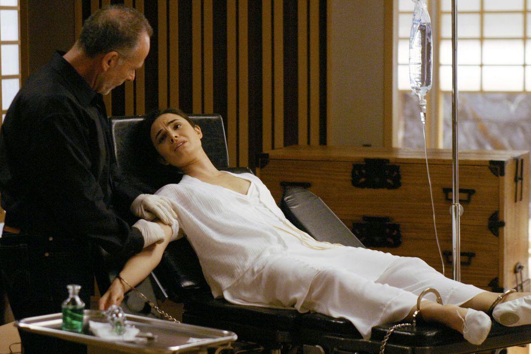 Während Vaughn und Sydney Sloane (Ron Rifkin, l.) auf den Fersen sind, injiziert er Nadia (Mia Maestro, r.) immer wieder das Elixier, um seine Toch... - Bildquelle: Touchstone Television