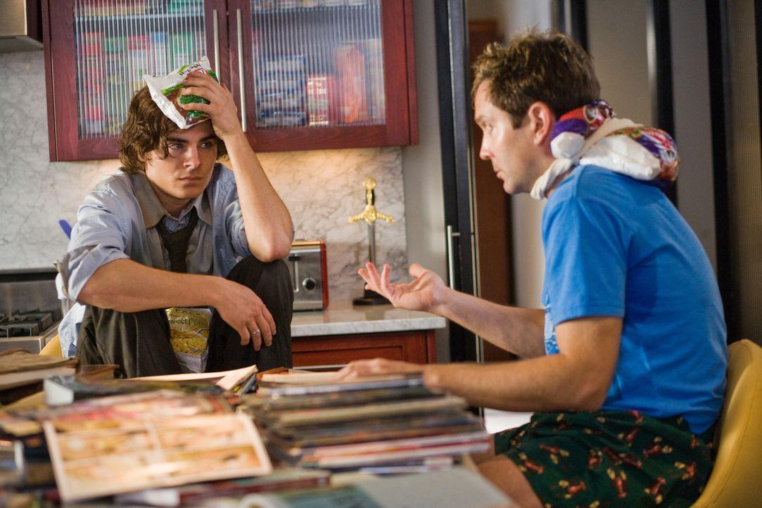 Ned (Thomas Lennon, r.) steht vor einem Phänomen: Über Nacht hat sich sein alter Kumpel Mike (Zac Efron, l.) 20 Jahre verjüngt. Mit solchen Hexereie... - Bildquelle: 2008   Warner Bros.