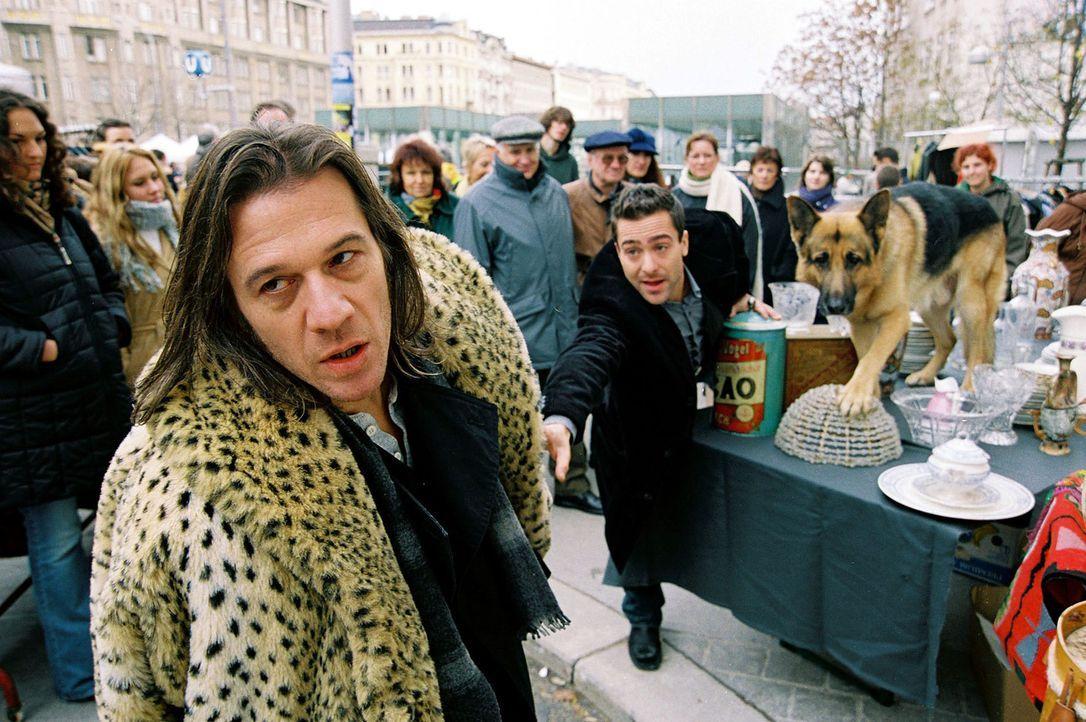 Rex und Marc (Alexander Pschill, M.) verfolgen den verdächtigen Flohmarkthändler Paul Rohrbach (Johannes Nikolussi, l.) ... - Bildquelle: Ali Schafler Sat.1