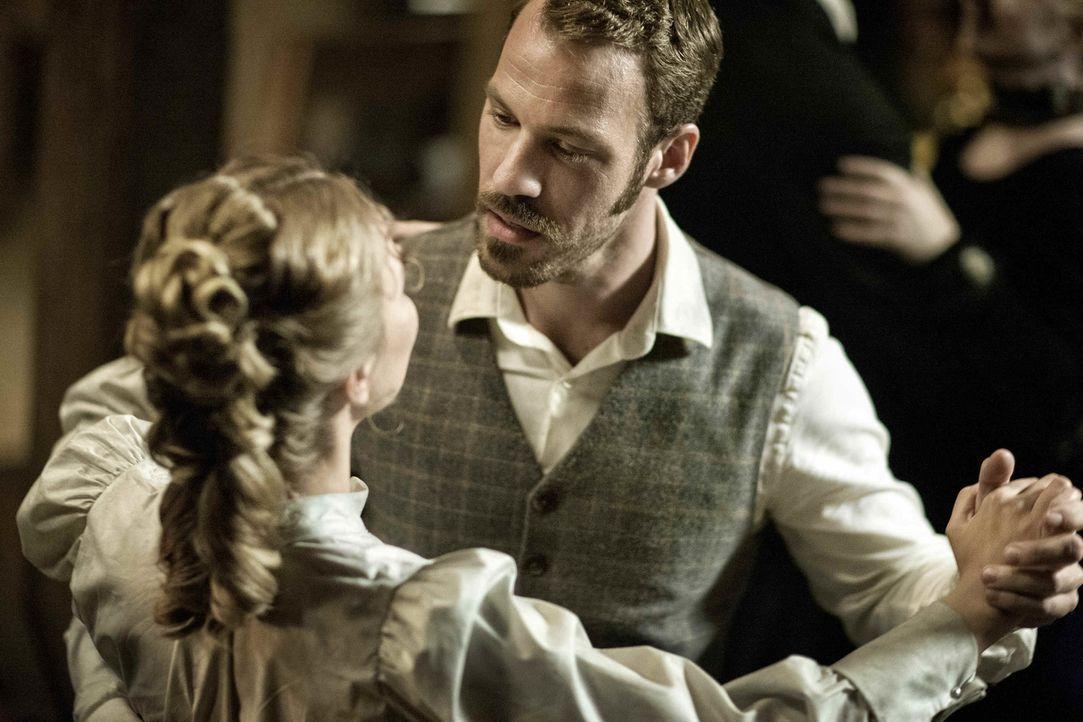 Als Anna (Sonja Gerhardt, l.) eine Todesdrohung des Rippers erreicht, erkennt der ambitionierte Inspektor Frederick Abberline (Falk Hentschel, r.) i... - Bildquelle: Algimantas Babravicius SAT.1