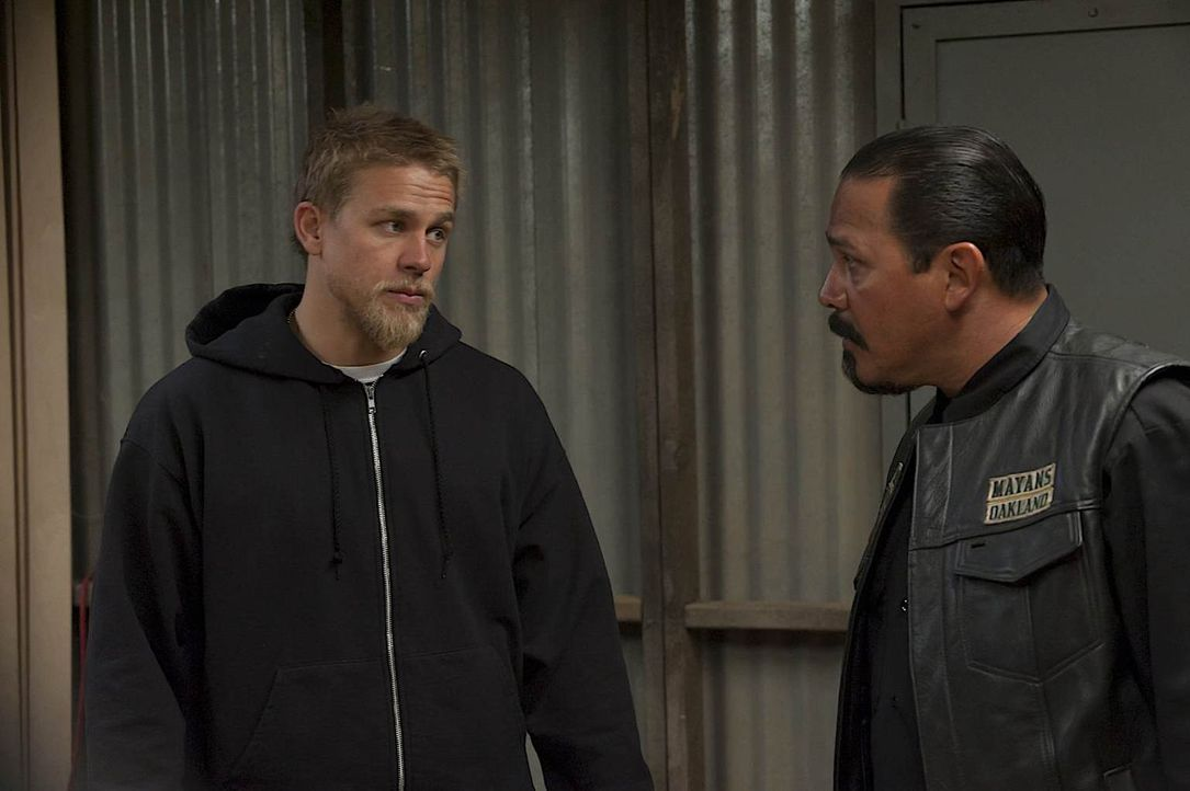 Gelingt es Jax (Charlie Hunnam, l.), den Präsidenten der Mayany Oakland, Alvarez (Emilio Rivera, r.), wieder zu beruhigen? - Bildquelle: 2011 Twentieth Century Fox Film Corporation and Bluebush Productions, LLC. All rights reserved.