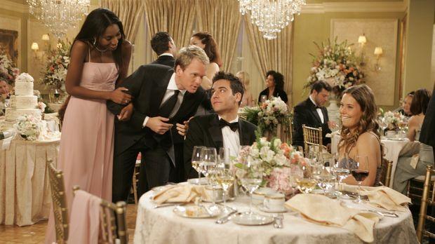 Auf der Hochzeit seiner Freunde lernt Ted (Josh Radnor, 2.v.r.) die attraktiv...