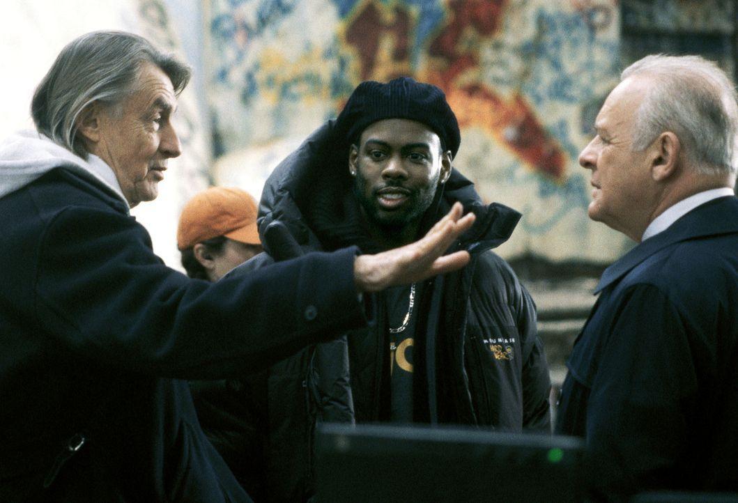 Der Regisseur Joel Schumacher (l.) mit seinen Hauptdarstellern Chris Rock, M. und Anthony Hopkins, r. im Gespräch ... - Bildquelle: Disney