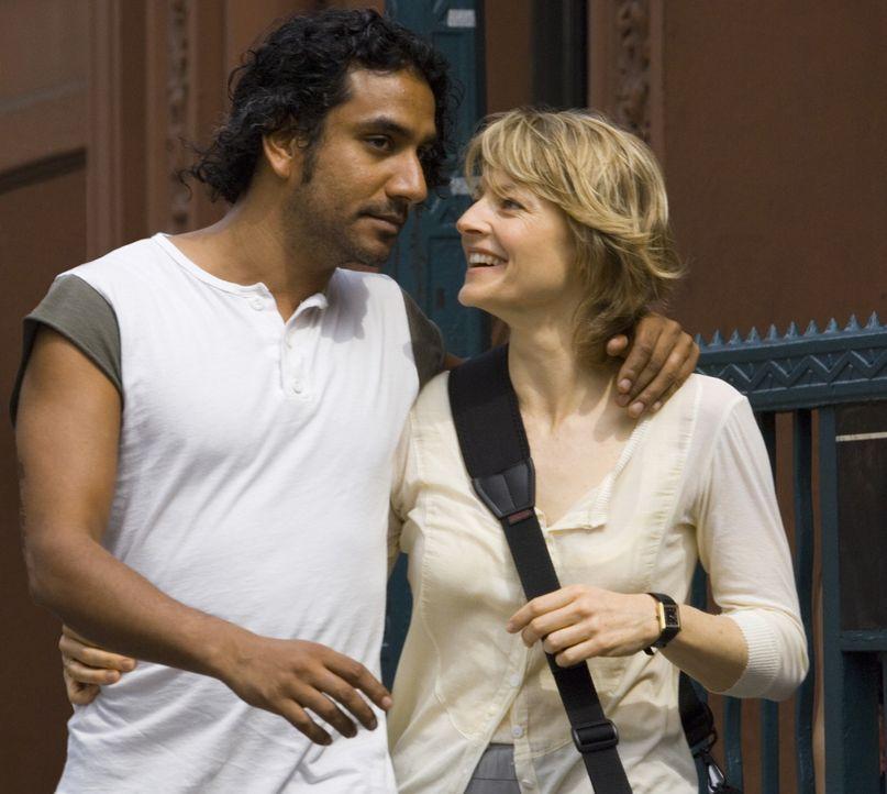 Gerade erst haben die Radio-Moderatorin Erica Bain (Jodie Foster, r.) und ihr Verlobter David (Naveen Andrews, l.) die Farbe für die Hochzeitseinla... - Bildquelle: Warner Bros.