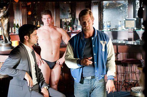 Zu seiner Zeit war Ausziehen ein reiner Frauenjob - der Tod des jungen Strippers Frank zeigt Mick (Henning Baum, r.) dass sich auch in dieser Hinsic... - Bildquelle: Martin Rottenkolber - Sat1