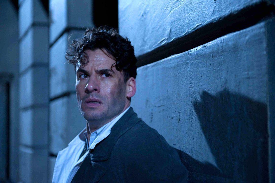Robert Elbing (Stephan Luca) ist ein britischer Spion und praktizierender Arzt, der nur ein Ziel kennt: Er will den Krieg und das Morden beenden - k... - Bildquelle: Nicolas Maack SAT.1