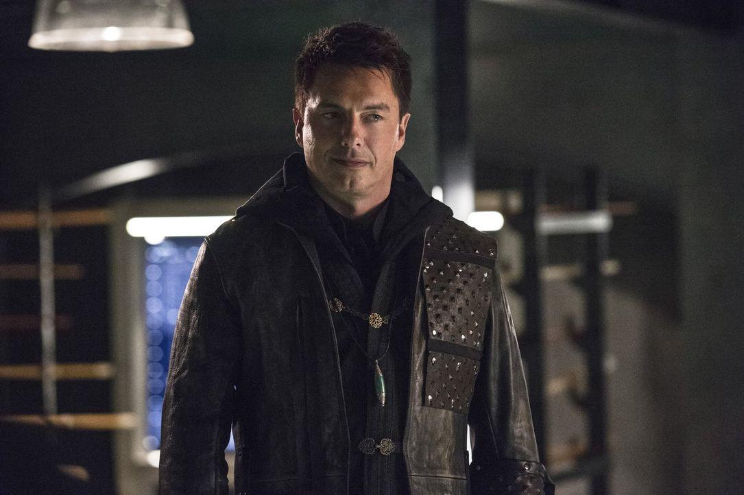 Als Malcolm (John Barrowman) in Olivers Basis auftaucht, bringt er einige wichtige Informationen über ihren neusten Feind mit ... - Bildquelle: 2015 Warner Brothers.