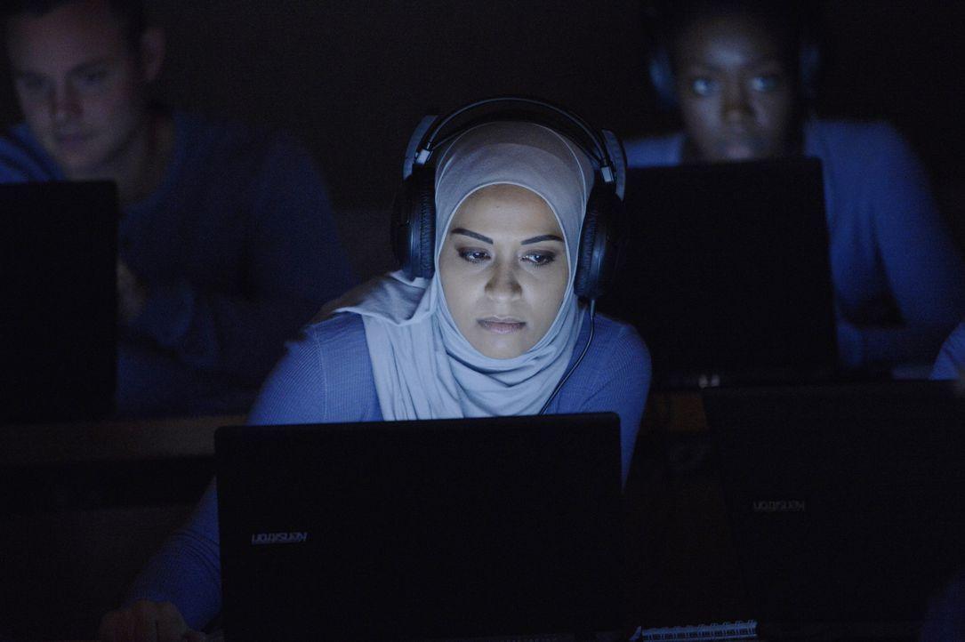 Nach und nach lässt sich Raina (Yasmine Al Massri) auf eine engere Bindung mit Simon ein ... - Bildquelle: Philippe Bosse 2015 ABC Studios