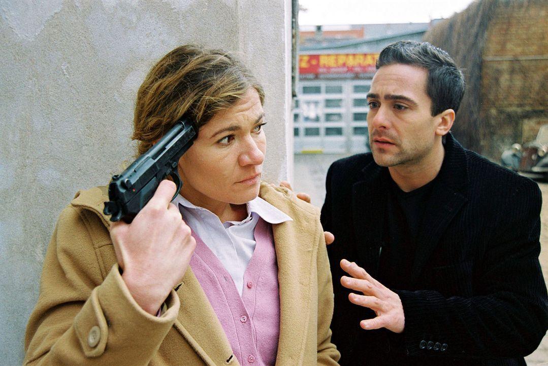 Marc (Alexander Pschill, r.) redet mit Engelszungen auf Erika Walter (Carmen Gratl, l.) ein, um sie von dem Selbstmord abzubringen ... - Bildquelle: Sat.1