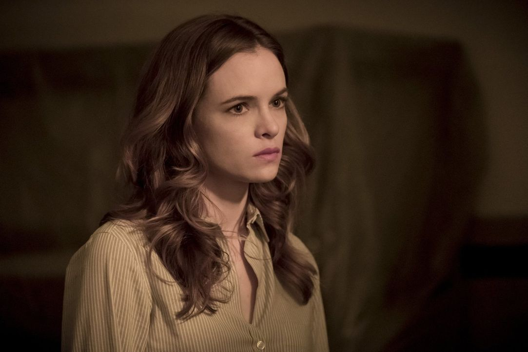 Lässt sich Caitlin (Danielle Panabaker) von Amunet tatsächlich zu einer gefährlichen Operation hinreißen, die nicht nur das Leben des Patienten, son... - Bildquelle: 2017 Warner Bros.