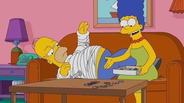 Nach einem Arbeitsunfall muss Homer (l.) einen Gips tragen. Eine Situation, d...