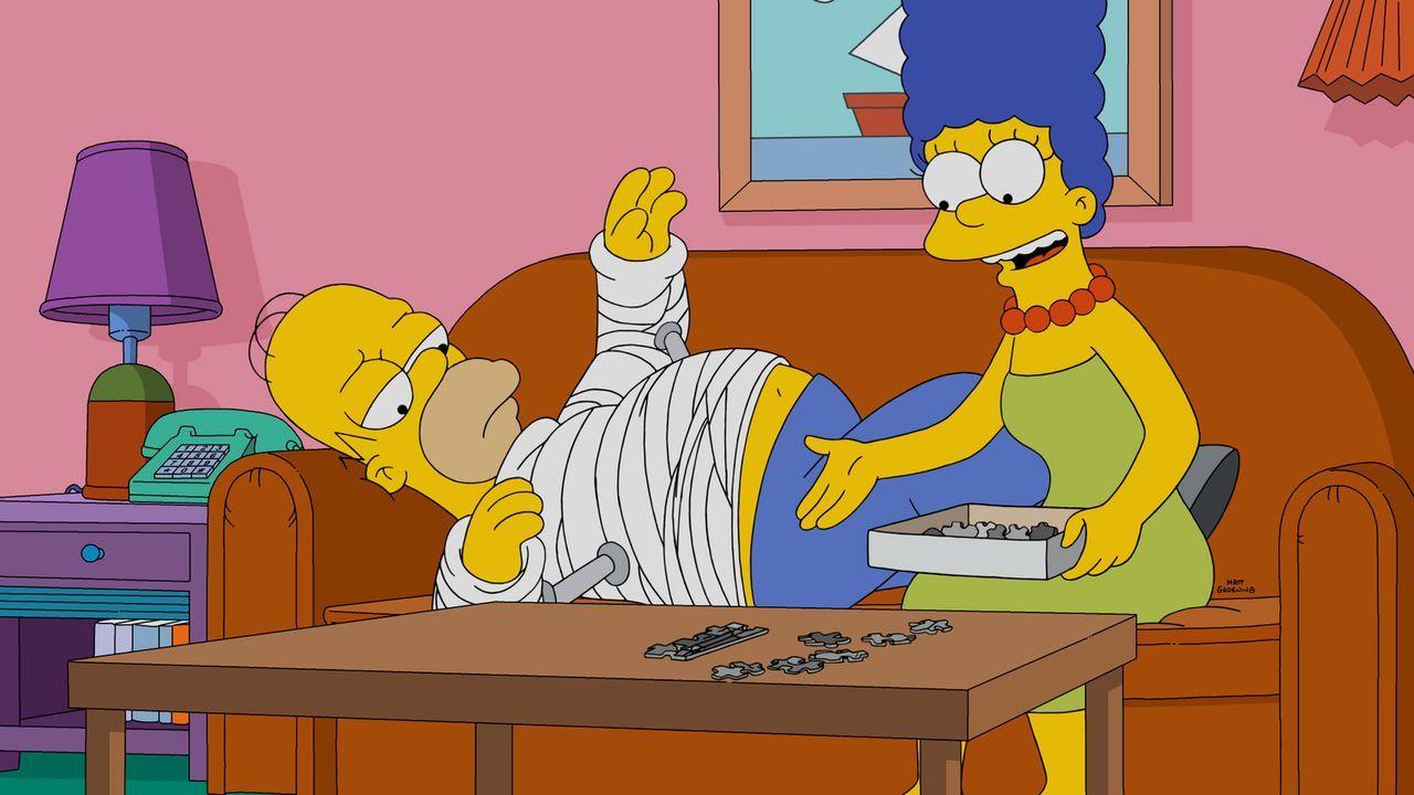 Nach einem Arbeitsunfall muss Homer (l.) einen Gips tragen. Eine Situation, die weder ihn, noch seine Frau Marge (r.) sonderlich befriedigt ... - Bildquelle: 2016-2017 Fox and its related entities. All rights reserved.