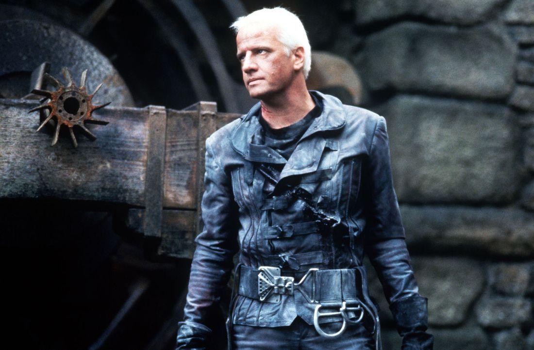 Nach und nach gelingt es Beowulf (Christopher Lambert), bis zur Burg vorzudringen ... - Bildquelle: Kinowelt Filmverleih