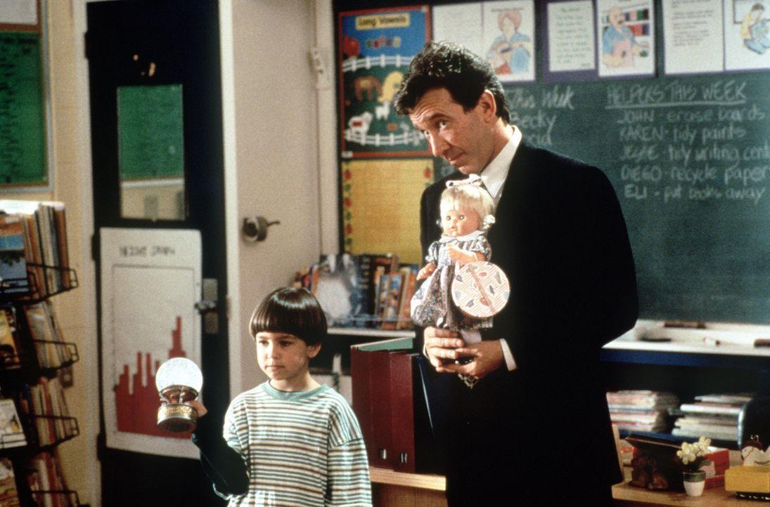 Der geschiedene Vater Scott Calvin (Tim Allen, r.) findet keinen Zugang zu seinem Sohn Charlie (Eric Lloyd, l.). Da verbringt der Kleine den Weihnac... - Bildquelle: Buena Vista Pictures