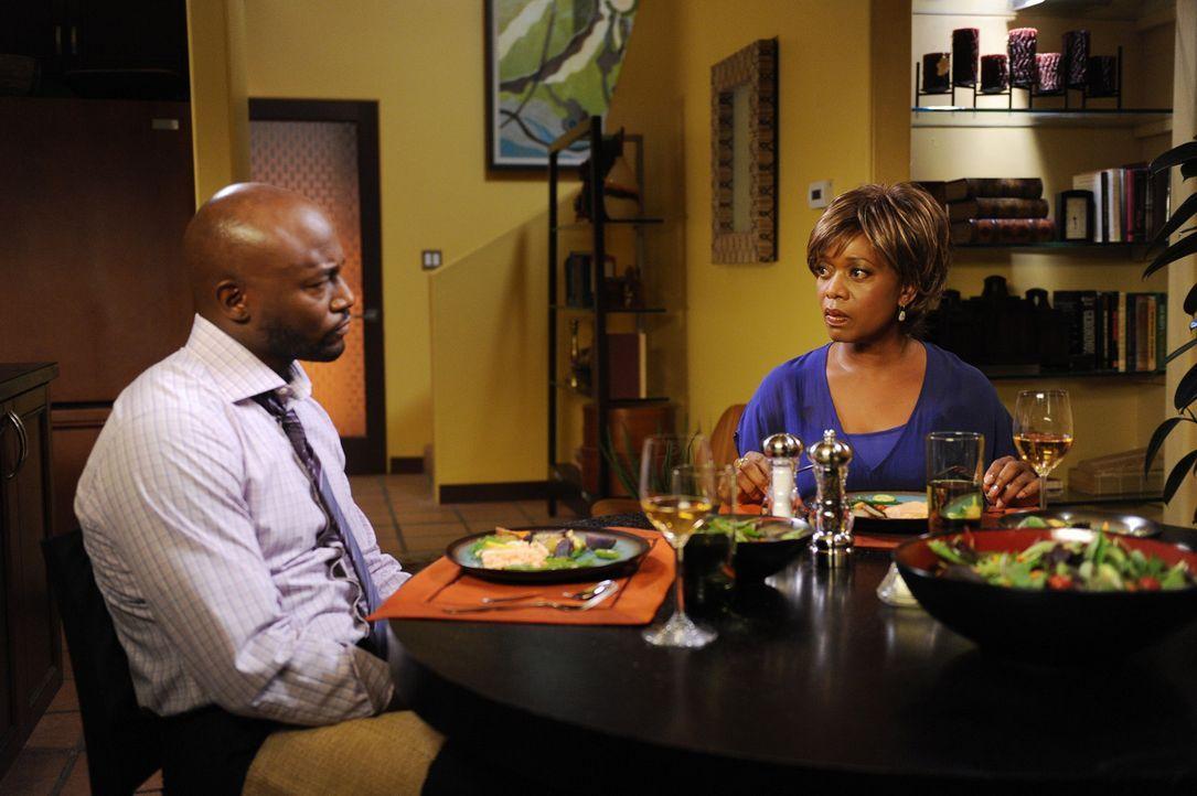 Bei einem Besuch von seiner Mutter Dee (Alfre Woodard, r.) kommen für Sam (Taye Diggs, l.) unangenehme Neuigkeiten ans Licht ... - Bildquelle: ABC Studios