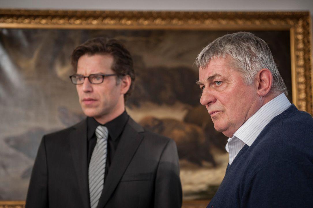 Als ihr Verwaltungschef ermordet aufgefunden wird, geraten Wurstfabrikant Kurt Heinziger (Heinz Hoenig, l.) und sein Vize-Chef Thilo von Straten (Jo... - Bildquelle: Martin Rottenkolber SAT.1