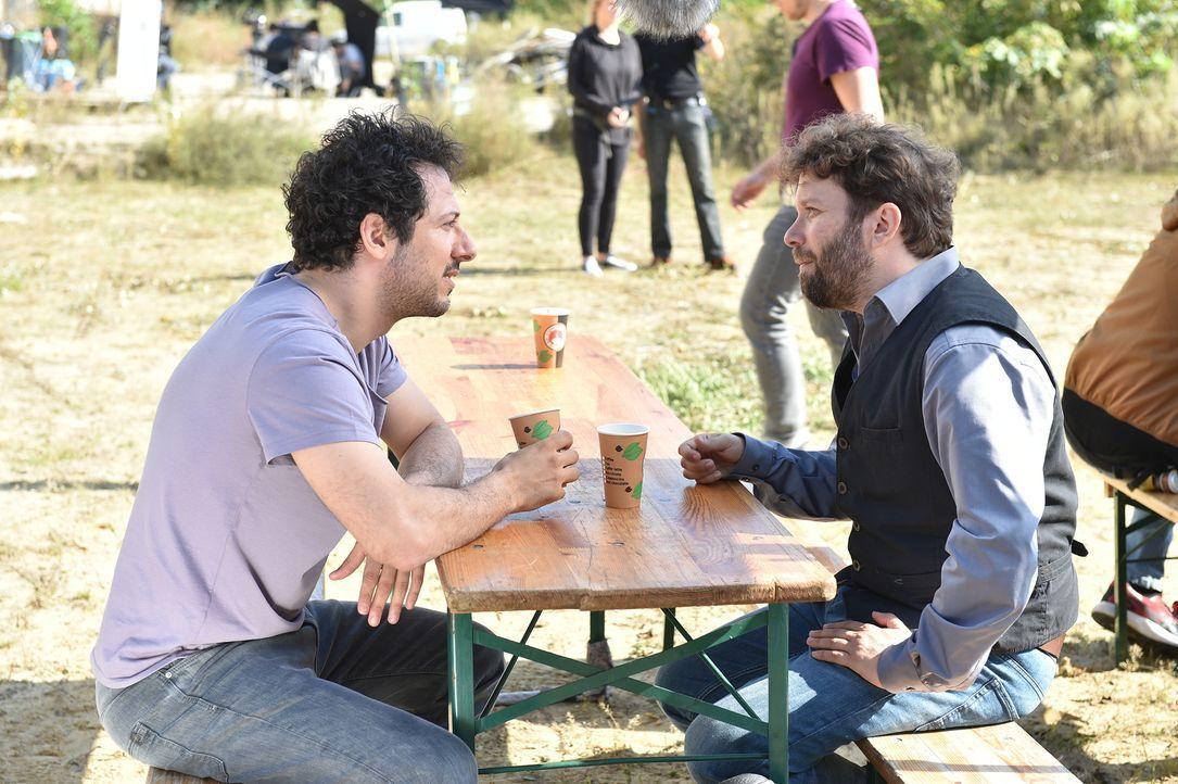 Während einer Drehpause erzählt Fahri (l.) seinem Freund und Schauspielkollegen Christian (r.) von einer neuen Geschäftsidee mit dem ehemaligen Nati... - Bildquelle: Andre Kowalski maxdome/ ProSieben