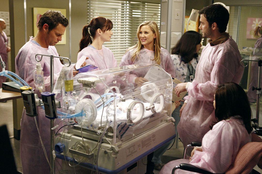 Hoffen, dass das Frühchen alles gut übersteht: Alex (Justin Chambers, l.), Lexie (Chyler Leigh, 2.v.l.), Arizona (Jessica Capshaw, 3.v.l.) und die... - Bildquelle: ABC Studios