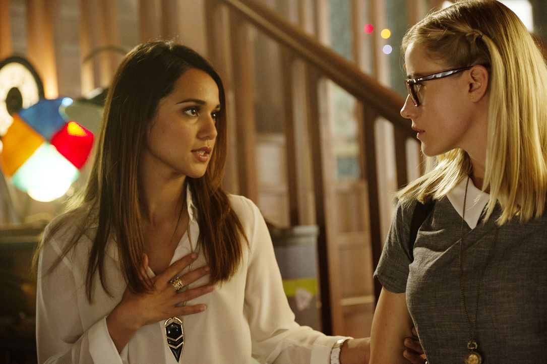 Margo (Summer Bishil, l.) ist nach den Vorfällen ganz besonders nett zu der schüchternen Alice (Olivia Taylor Dudley, r.). Warum nur? - Bildquelle: 2015 Syfy Media Productions LLC. ALL RIGHTS RESERVED.