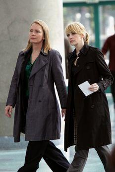 Cold Case - Det. Lilly Rush (Kathryn Morris, r.) und Diane Yates (Susanna Tho...