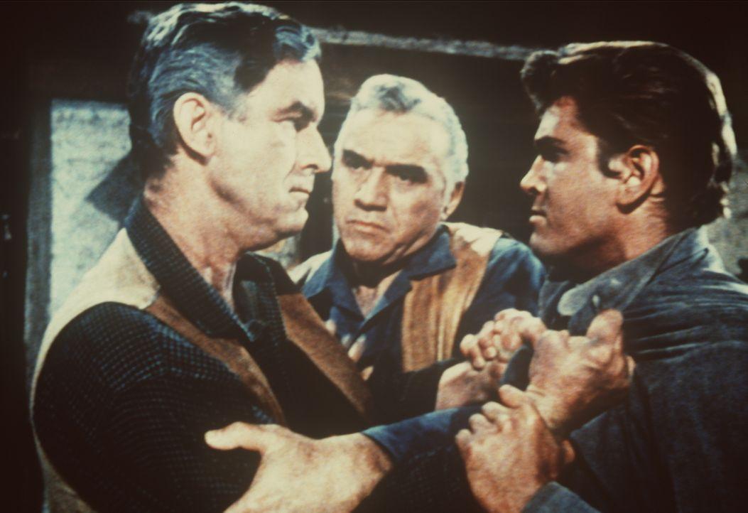 Ben Cartwright (Lorne Greene, M.) greift ein, als Jake Parson (Crahan Denton, l.) Little Joe (Michael Landon, r.) bezichtigt, seine Tochter umgebrac... - Bildquelle: Paramount Pictures