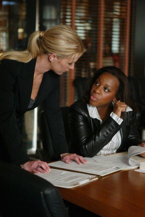 Samantha Spade (Poppy Montgomery, l.) versucht Vivian Johnson (Marianne Jean-Baptiste, r.) von ihrer Theorie über das plötzliche Verschwinden von Ly... - Bildquelle: Warner Bros. Entertainment Inc.