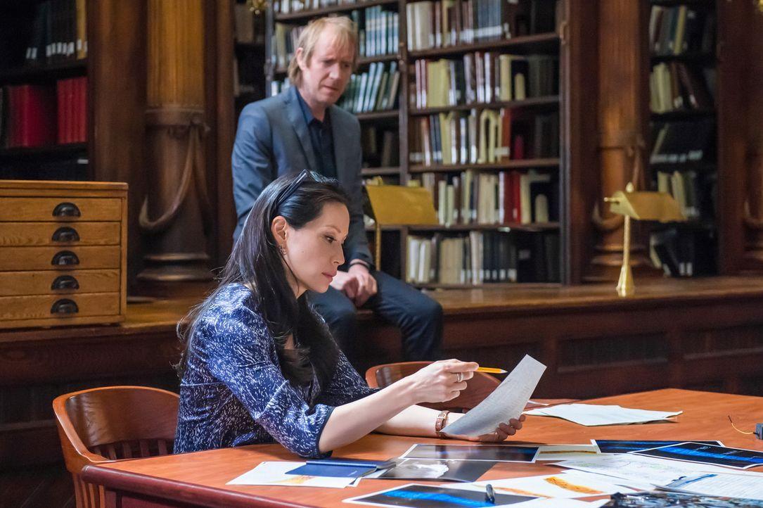 Mycroft (Rhys Ifans, hinten) wird von seinem Bruder in einer Bibliothek versteckt, weil irgendjemand beim MI Six ihn ausschalten will. Sherlock und... - Bildquelle: CBS Television