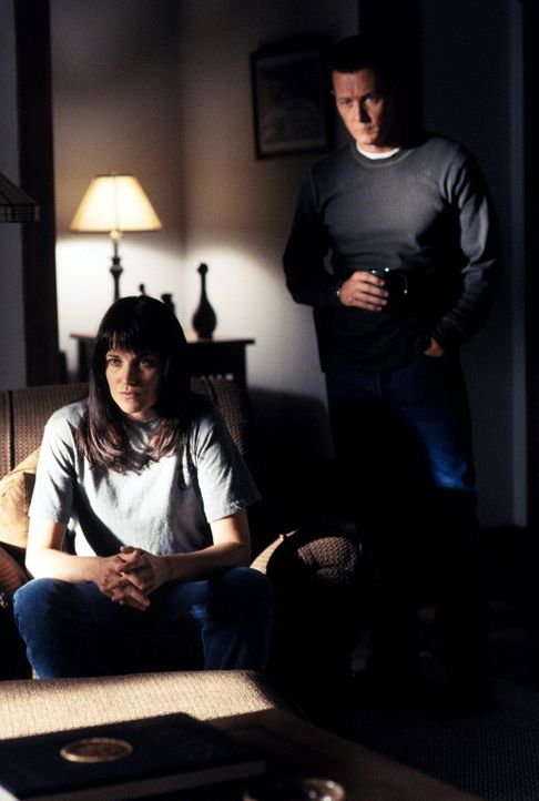 Shannon McMahon (Lucy Lawless, l.) war wie John Doggett (Robert Patrick, r.) bei den Marines und ist jetzt eine Mitarbeiterin des Justizministeriums. - Bildquelle: TM +   Twentieth Century Fox Film Corporation. All Rights Reserved.