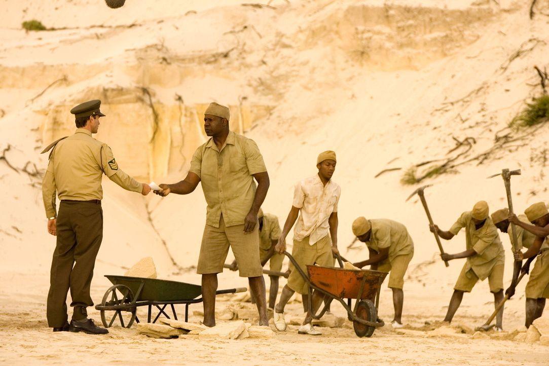 Nachdem Wärter Gregory (Joseph Fiennes, l.) den Staat über Mandelas (Dennis Haysbert, 2.v.l.) Sohn aufklärt, kommt dieser bei einem Unfall ums Le... - Bildquelle: Warner Brothers International Television Distribution Inc.