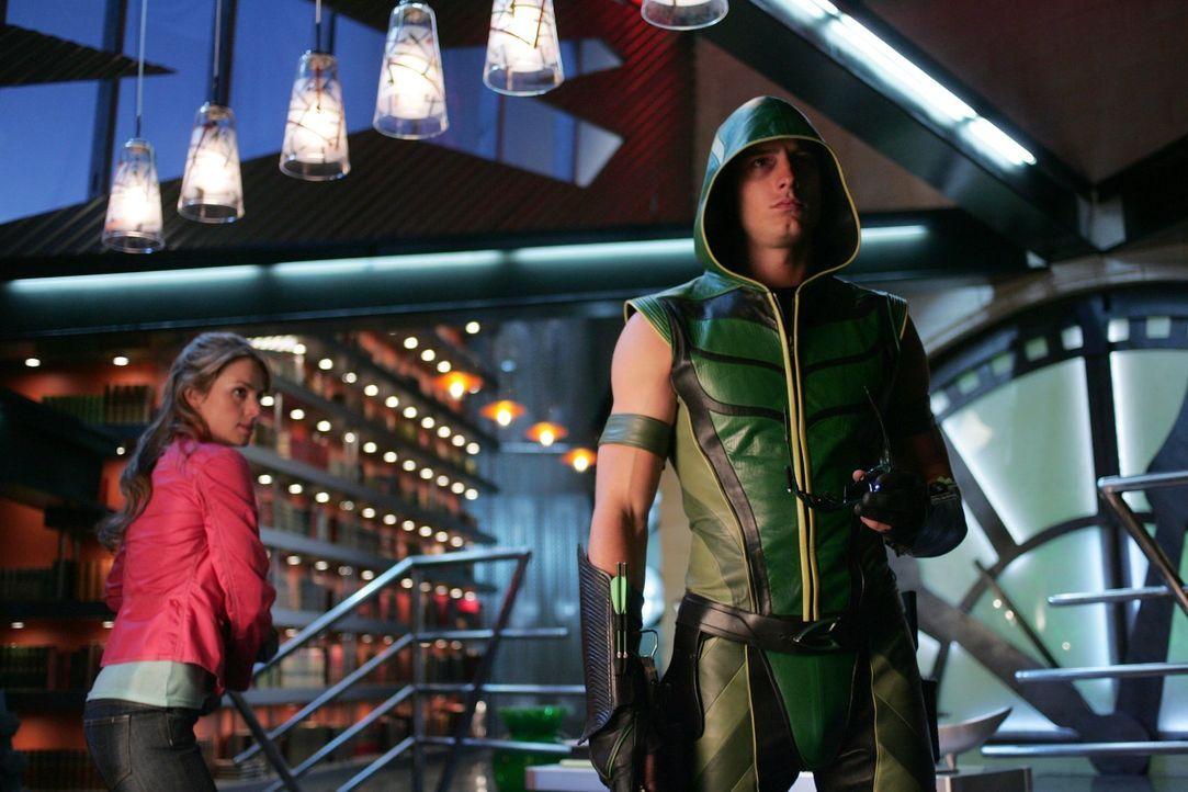 Weil Green Arrow (Justin Hartley, r.) angeschossen wurde, nimmt er eine Superdroge, die ihn gesund machen soll. Doch Lois (Erica Durance, l.) befürc... - Bildquelle: Warner Bros.