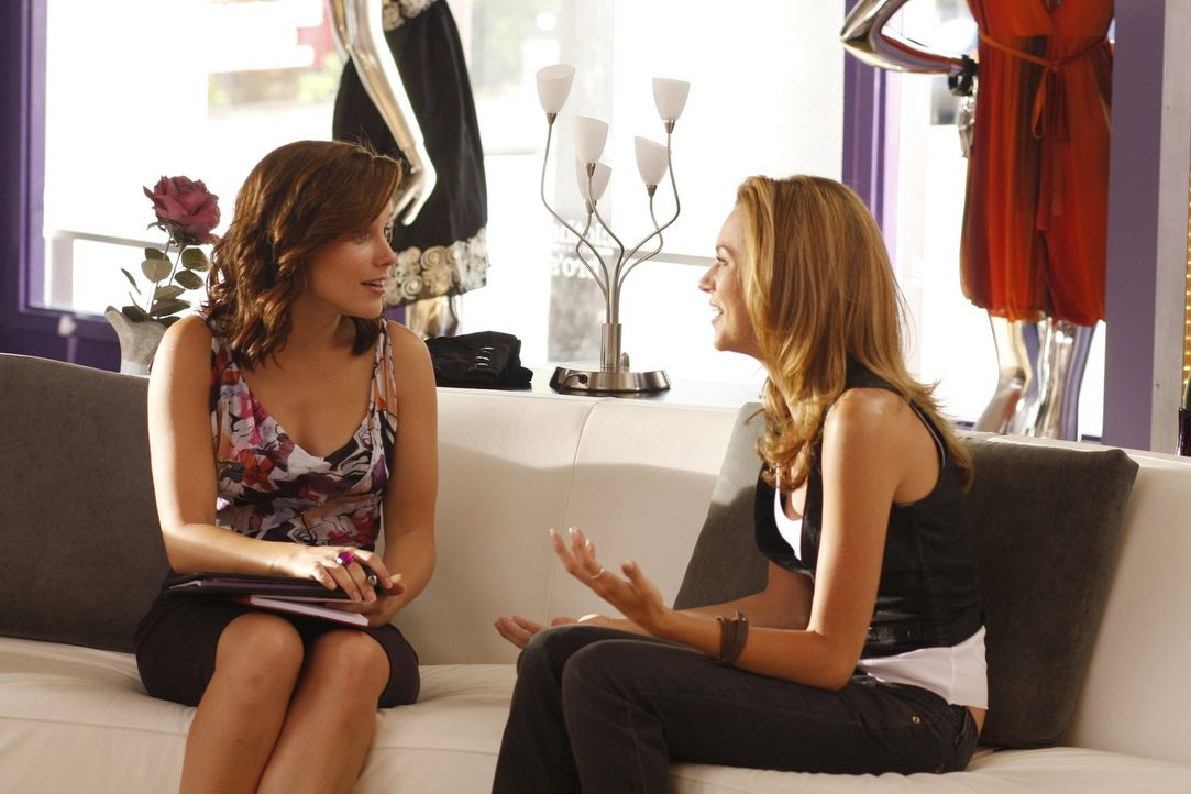 Peyton (Hilarie Burton, r.) berichtet Brooke (Sophia Bush, l.) aufgeregt, dass sie glaubt ihren leiblichen Vater getroffen zu haben ... - Bildquelle: Warner Bros. Pictures